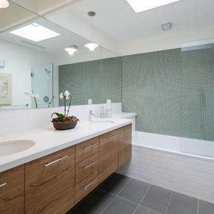 Idéer för retro badrum, med ett undermonterad handfat, släta luckor, skåp i mellenmörkt trä, ett badkar i en alkov, en dusch/badkar-kombination och vit kakel