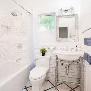 Idee per una stanza da bagno tradizionale con vasca ad alcova, vasca/doccia, WC monopezzo, piastrelle bianche, piastrelle diamantate, pareti bianche, lavabo a consolle, pavimento grigio, doccia con tenda, nicchia, un lavabo e soffitto a volta