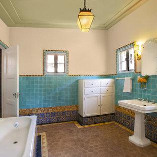 Ispirazione per una stanza da bagno mediterranea con piastrelle a mosaico e lavabo a colonna