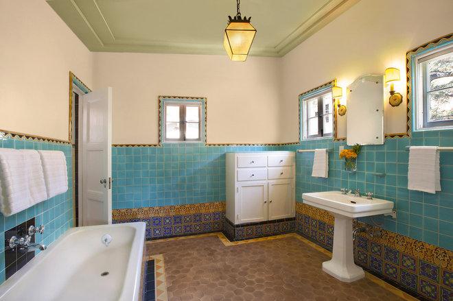 Mediterranean Bathroom by TNT Simmonds