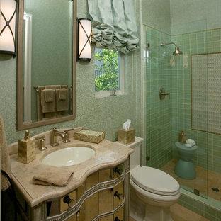 Mittelgroßes Modernes Duschbad mit Unterbauwaschbecken, Duschnische, grünen Fliesen, Glasfronten, Wandtoilette mit Spülkasten, Keramikfliesen, grüner Wandfarbe, Travertin, Marmor-Waschbecken/Waschtisch, beigem Boden, Falttür-Duschabtrennung und beiger Waschtischplatte in Sacramento