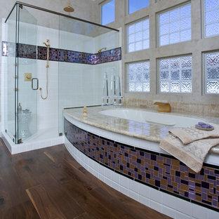 Mittelgroßes Modernes Badezimmer En Suite mit Mosaikfliesen, flächenbündigen Schrankfronten, Unterbauwanne, Eckdusche, farbigen Fliesen, beiger Wandfarbe, braunem Holzboden, Unterbauwaschbecken, lila Schränken, Toilette mit Aufsatzspülkasten, Onyx-Waschbecken/Waschtisch, braunem Boden, Falttür-Duschabtrennung und beiger Waschtischplatte in Sacramento