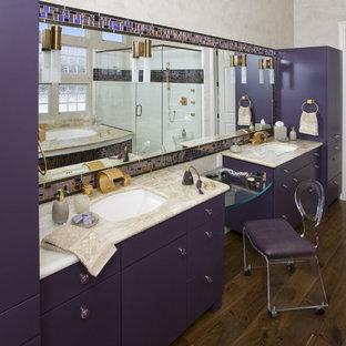 Ejemplo de cuarto de baño principal, contemporáneo, de tamaño medio, con armarios con paneles lisos, bañera encastrada sin remate, ducha esquinera, baldosas y/o azulejos multicolor, baldosas y/o azulejos de vidrio, paredes beige, suelo de madera en tonos medios, lavabo bajoencimera, encimera de ónix, puertas de armario violetas, sanitario de una pieza, suelo marrón, ducha con puerta con bisagras y encimeras beige