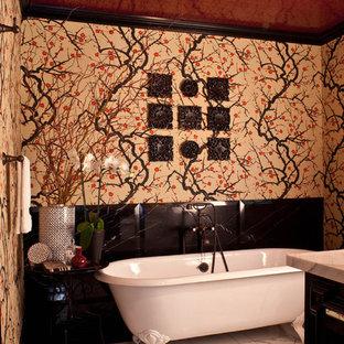 Ispirazione per una stanza da bagno vittoriana con vasca con piedi a zampa di leone, pareti multicolore e pavimento in marmo