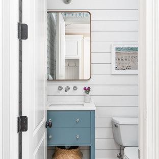 Imagen de cuarto de baño principal, tradicional renovado, grande, con armarios con paneles lisos, puertas de armario blancas, bañera exenta, ducha empotrada, sanitario de una pieza, baldosas y/o azulejos blancos, baldosas y/o azulejos de porcelana, paredes blancas, suelo de baldosas de porcelana, lavabo encastrado, encimera de cuarzo compacto, suelo marrón, ducha con puerta con bisagras y encimeras blancas