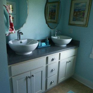 Immagine di una stanza da bagno con doccia stile shabby di medie dimensioni con lavabo a bacinella, ante in stile shaker, ante bianche, top in laminato, pareti blu e piastrelle beige