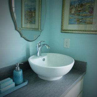 Esempio di una stanza da bagno con doccia shabby-chic style di medie dimensioni con lavabo a bacinella, ante in stile shaker, ante bianche, top in laminato e pareti blu