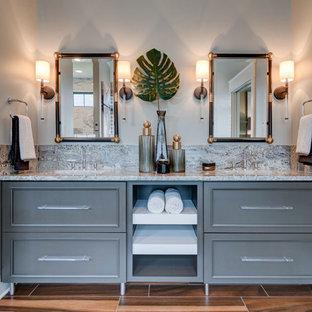 Exempel på ett modernt bastu, med luckor med infälld panel, grå skåp, klinkergolv i porslin, ett undermonterad handfat, granitbänkskiva, ett fristående badkar, våtrum, beige väggar och med dusch som är öppen