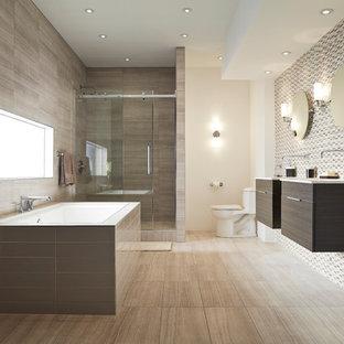 Foto de cuarto de baño principal, minimalista, de tamaño medio, con armarios con paneles lisos, puertas de armario de madera en tonos medios, bañera encastrada, ducha empotrada, sanitario de una pieza, baldosas y/o azulejos beige, baldosas y/o azulejos marrones, baldosas y/o azulejos grises, baldosas y/o azulejos en mosaico, paredes beige, suelo de baldosas de porcelana, lavabo bajoencimera, encimera de cuarzo compacto, suelo beige y ducha con puerta corredera