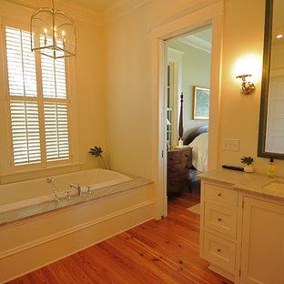Immagine di una stanza da bagno classica con lavabo sottopiano, ante in stile shaker, ante bianche e vasca da incasso