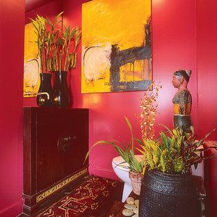 Ispirazione per una grande stanza da bagno con doccia bohémian con pareti rosse, parquet scuro, ante lisce, ante marroni, WC monopezzo, lavabo da incasso, top in legno, pavimento marrone e top marrone