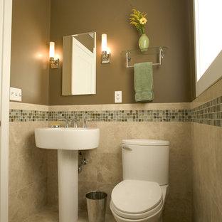 Idéer för funkis badrum, med mosaik, bruna väggar, en toalettstol med separat cisternkåpa, travertin golv och ett piedestal handfat