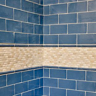 Пример оригинального дизайна: ванная комната среднего размера в стиле современная классика с фасадами в стиле шейкер, белыми фасадами, душевой кабиной, ванной в нише, душем над ванной, унитазом-моноблоком, синей плиткой, плиткой кабанчик, бежевыми стенами, врезной раковиной и столешницей из переработанного стекла