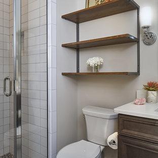 Foto di una piccola stanza da bagno con doccia classica con ante con bugna sagomata, ante in legno bruno, doccia alcova, WC monopezzo, piastrelle bianche, piastrelle diamantate, pareti grigie, lavabo sottopiano e top in granito