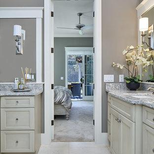 Ejemplo de cuarto de baño principal, clásico renovado, de tamaño medio, con armarios estilo shaker, puertas de armario grises, ducha empotrada, sanitario de una pieza, baldosas y/o azulejos beige, baldosas y/o azulejos de porcelana, paredes grises, suelo de baldosas de porcelana, lavabo bajoencimera y encimera de granito
