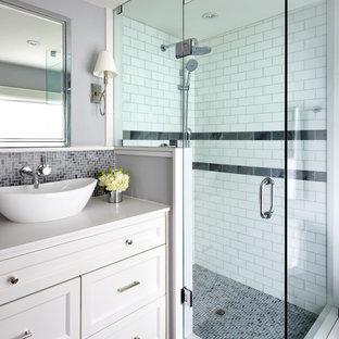 Ejemplo de cuarto de baño principal, clásico renovado, pequeño, con armarios con paneles empotrados, puertas de armario blancas, ducha esquinera, baldosas y/o azulejos grises, paredes grises, lavabo sobreencimera, encimera de cuarzo compacto, baldosas y/o azulejos en mosaico y suelo con mosaicos de baldosas