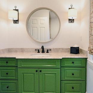 Foto di una stanza da bagno per bambini di medie dimensioni con lavabo sottopiano, ante con bugna sagomata, ante verdi, top in pietra calcarea, vasca da incasso, piastrelle beige, piastrelle in ceramica, pareti bianche e pavimento con piastrelle in ceramica