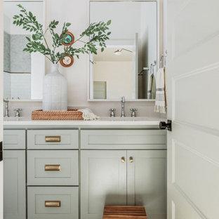 Idéer för att renovera ett mellanstort vintage vit vitt badrum för barn, med skåp i shakerstil, grå skåp, en dusch i en alkov, en toalettstol med hel cisternkåpa, vit kakel, porslinskakel, vita väggar, klinkergolv i porslin, ett väggmonterat handfat, bänkskiva i kvarts, grått golv och dusch med gångjärnsdörr