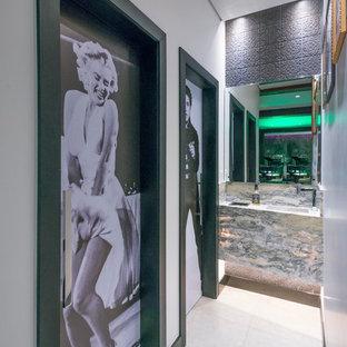 Ispirazione per una stanza da bagno minimal con piastrelle grigie, piastrelle in metallo, pareti bianche, lavabo integrato, pavimento beige e top grigio
