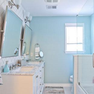 Exempel på ett stort 50 tals grå grått badrum för barn, med luckor med profilerade fronter, grå skåp och bänkskiva i kvarts