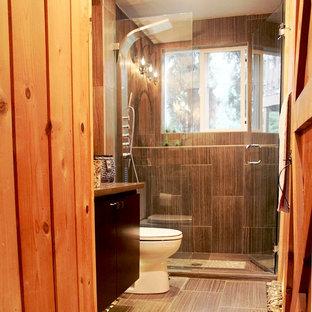 Immagine di una stanza da bagno rustica di medie dimensioni con pavimento in sughero