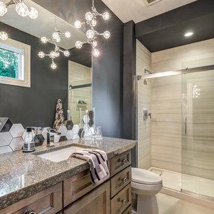 Idee per una stanza da bagno con doccia chic di medie dimensioni con ante con riquadro incassato, ante con finitura invecchiata, doccia alcova, WC a due pezzi, pareti grigie, pavimento in gres porcellanato, lavabo sottopiano, top in granito, pavimento beige, porta doccia scorrevole e top multicolore