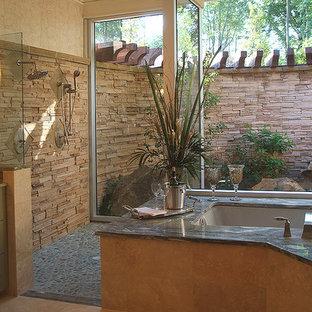 Ispirazione per una stanza da bagno padronale design con lavabo sottopiano, ante lisce, ante verdi, top in granito, vasca sottopiano, doccia aperta, piastrelle beige, pareti gialle e pavimento in linoleum