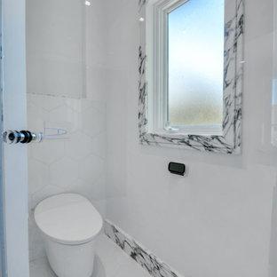Aménagement d'une très grand salle de bain principale romantique avec un placard à porte plane, des portes de placard marrons, une baignoire posée, une douche ouverte, un bidet, un carrelage blanc, du carrelage en marbre, un mur blanc, un sol en marbre, un lavabo posé, un plan de toilette en marbre, un sol blanc, une cabine de douche à porte battante, un plan de toilette blanc, des toilettes cachées, meuble double vasque, meuble-lavabo encastré et un plafond à caissons.