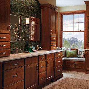 サンディエゴの大きいトラディショナルスタイルのおしゃれなマスターバスルーム (シェーカースタイル扉のキャビネット、中間色木目調キャビネット、緑のタイル、モザイクタイル、ベージュの壁、セラミックタイルの床、オーバーカウンターシンク、珪岩の洗面台、グレーの床) の写真