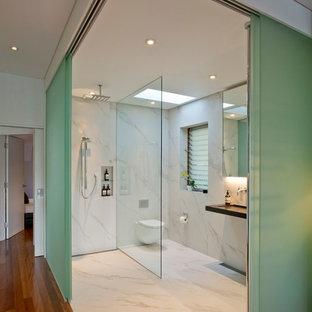 Idee per una stanza da bagno contemporanea con doccia aperta, WC sospeso, pareti bianche, pavimento in marmo, lavabo rettangolare e doccia aperta