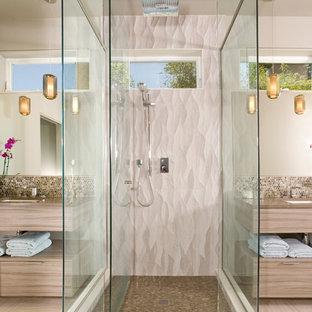 Foto de cuarto de baño principal, contemporáneo, grande, con lavabo bajoencimera, armarios con paneles lisos, puertas de armario de madera clara, ducha empotrada, baldosas y/o azulejos beige, baldosas y/o azulejos en mosaico, bañera exenta, paredes beige, encimera de acrílico y suelo vinílico