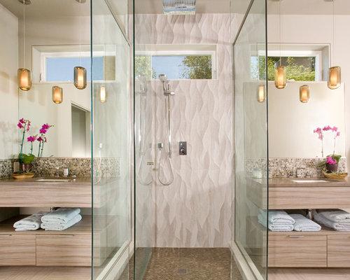 Stanza da bagno con pavimento in vinile e piastrelle a mosaico