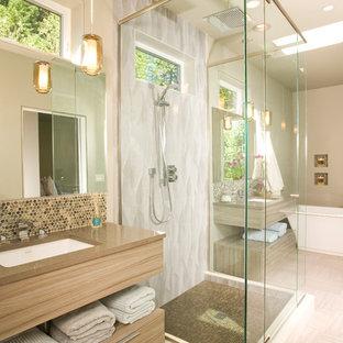 Diseño de cuarto de baño principal, contemporáneo, grande, con lavabo bajoencimera, puertas de armario de madera clara, bañera exenta, paredes beige, armarios con paneles lisos, ducha empotrada, baldosas y/o azulejos beige, baldosas y/o azulejos en mosaico, suelo vinílico y encimera de acrílico