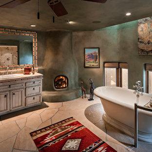 Immagine di una stanza da bagno con doccia stile americano con ante con riquadro incassato, ante beige, vasca freestanding, pareti verdi, lavabo da incasso, top piastrellato e pavimento beige