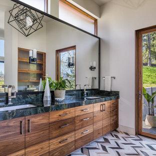 Idéer för att renovera ett stort rustikt grön grönt en-suite badrum, med kalkstensgolv, ett undermonterad handfat, marmorbänkskiva, flerfärgat golv, släta luckor, skåp i mörkt trä och vita väggar