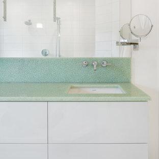 Ispirazione per una stanza da bagno con lavabo sottopiano e top verde