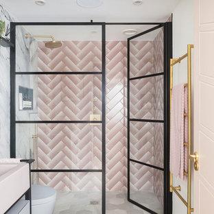 На фото: с высоким бюджетом главные ванные комнаты среднего размера в стиле модернизм с фасадами островного типа, открытым душем, инсталляцией, розовой плиткой, плиткой кабанчик, столешницей из искусственного камня, душем с распашными дверями и розовой столешницей
