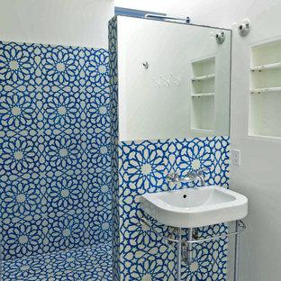 Foto de cuarto de baño bohemio con baldosas y/o azulejos de cemento