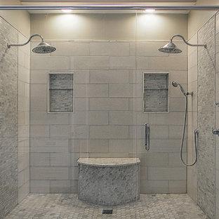 Идея дизайна: главная ванная комната среднего размера в классическом стиле с фасадами с декоративным кантом, белыми фасадами, двойным душем, керамогранитной плиткой, коричневыми стенами, полом из керамогранита, врезной раковиной, бежевым полом, серой плиткой, мраморной столешницей и душем с раздвижными дверями
