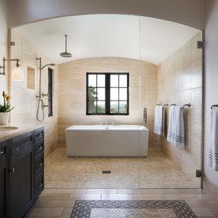 Salle de bain avec un placard avec porte à panneau encastré ...