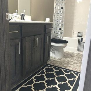 Mittelgroßes Modernes Badezimmer En Suite mit profilierten Schrankfronten, dunklen Holzschränken, Badewanne in Nische, Duschbadewanne, beiger Wandfarbe, Vinylboden, Quarzit-Waschtisch, beigem Boden und Duschvorhang-Duschabtrennung in Sonstige