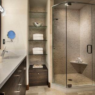 Пример оригинального дизайна: главная ванная комната среднего размера в современном стиле с врезной раковиной, плоскими фасадами, темными деревянными фасадами, угловым душем, удлиненной плиткой, бежевыми стенами, полом из керамической плитки, столешницей из ламината, бежевым полом и душем с распашными дверями