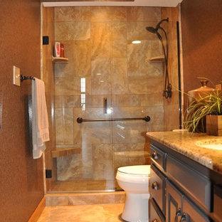 他の地域の中くらいのラスティックスタイルのおしゃれなバスルーム (浴槽なし) (レイズドパネル扉のキャビネット、濃色木目調キャビネット、アルコーブ型浴槽、シャワー付き浴槽、ベージュのタイル、セラミックタイル、茶色い壁、トラバーチンの床、アンダーカウンター洗面器、御影石の洗面台、ベージュの床) の写真