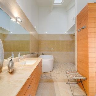 Immagine di una grande stanza da bagno padronale moderna con ante lisce, ante in legno chiaro, vasca freestanding, zona vasca/doccia separata, piastrelle beige, lavabo sottopiano, top in onice e doccia aperta