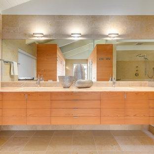 Esempio di una grande stanza da bagno padronale minimalista con ante lisce, ante in legno chiaro, zona vasca/doccia separata, piastrelle beige, lavabo sottopiano, top in onice e doccia aperta