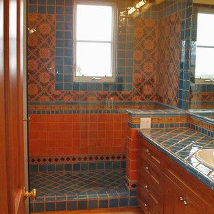 Immagine di una stanza da bagno mediterranea di medie dimensioni con lavabo da incasso, ante in stile shaker, ante in legno scuro, top piastrellato, piastrelle multicolore, piastrelle in ceramica, pareti beige e parquet chiaro