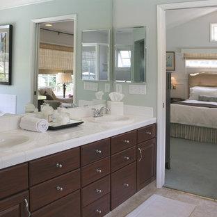 Foto di una stanza da bagno padronale classica con lavabo da incasso, ante con bugna sagomata, ante in legno bruno, top piastrellato, piastrelle bianche, piastrelle in gres porcellanato, pareti blu e top bianco