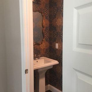 Ejemplo de cuarto de baño papel pintado y papel pintado, bohemio, pequeño, papel pintado, con lavabo con pedestal, sanitario de dos piezas, suelo de madera oscura, suelo marrón, papel pintado y papel pintado