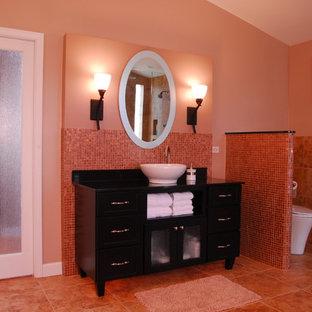 Großes Klassisches Badezimmer En Suite mit flächenbündigen Schrankfronten, dunklen Holzschränken, Einbaubadewanne, Eckdusche, braunen Fliesen, Porzellanfliesen, Granit-Waschbecken/Waschtisch, Toilette mit Aufsatzspülkasten, beiger Wandfarbe, Travertin, Aufsatzwaschbecken, beigem Boden und Falttür-Duschabtrennung in Chicago