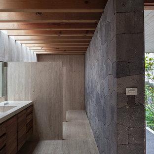 Modern inredning av ett badrum, med ett integrerad handfat och skåp i mörkt trä